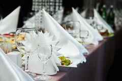 Оформление сервировки стола ресторана со стеклами для вина Различные еды для гостей стоковое фото rf