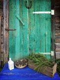 Оформление сухих конусов сосны, фонарика дома и ветвей ели в деревянной коробке на постаретой выдержанной деревянной предпосылке  Стоковая Фотография RF