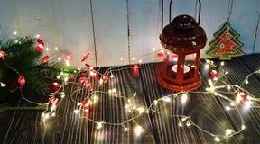 Оформление ` s Нового Года Состав рождества рождественской елки, свечей, игрушек и лент стоковая фотография