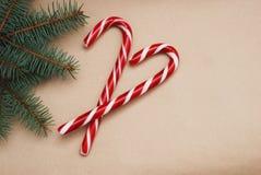 Оформления рождества с предпосылкой бумаги ремесла Ветви тросточки и ели конфеты Стоковая Фотография