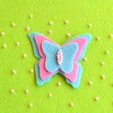 Оформление бабочки зашитое от войлока пинка и сини Весна или идея лета простая DIY для детей Стоковое Изображение