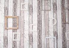 Оформление деревянных картинных рамок на стене grunge Стоковые Изображения RF