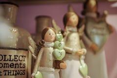 Оформление игрушки ангела рождества на полке Стоковое Фото