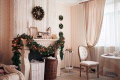 Оформление интерьера рождества, предпосылка, камин с деревом Стоковая Фотография