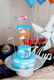 Оформление дня рождения торта Mastic красивое украсило детей облаков неба самолетов пилотов плиты украшения Стоковое Фото