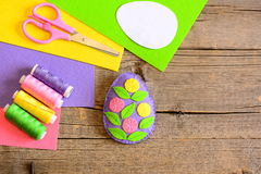 Оформление пасхального яйца войлока с цветками и листьями Простое ремесло искусства пасхи Стоковое фото RF