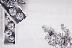Оформление рождества серебряных яблок в коробках на деревянной белой предпосылке Стоковое Изображение RF