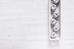Оформление рождества серебряных яблок в коробке на деревянной белой предпосылке Стоковые Изображения