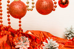Оформление рождества с красными конусами бумаги и серебра подарка Стоковое Изображение