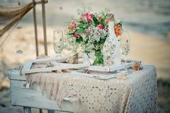 Оформление свадьбы с бутылкой, стеклами, цветками, cockleshells моря Стоковые Изображения RF
