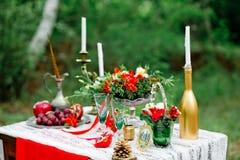 Оформление свадьбы с плодоовощ, цветками, свечами на таблице в стиле o Стоковые Фото