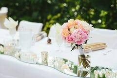 Оформление стола для почетных гостей свадьбы Стоковая Фотография RF
