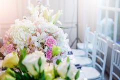 Оформление таблицы свадьбы с красивыми цветками вазы Стоковое Изображение
