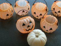 Оформление таблицы хеллоуина с усмехаясь Джек-o-фонариками и белой тыквой на столешнице шифера Стоковое Изображение RF