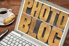 Оформление Photoblog в деревянном типе на таблетке стоковое изображение