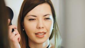 Офтальмология медицинская, здоровье, концепция - красивая девушка проверяет зрение в офтальмологе - недальновидная и жмурятся Стоковые Изображения