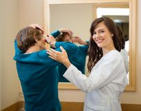 Офтальмолог помогая женщине для того чтобы ввести контакт стоковые фото