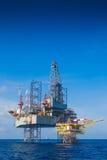 Оффшорная буровая установка нефти и газ работая на платформе wellhead стоковые изображения