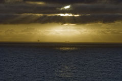 Оффшорная платформа на заходе солнца, Северное море Норвегия Стоковое Фото