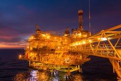 Оффшорная платформа снаряжения нефти и газ с красивым временем захода солнца или стоковая фотография
