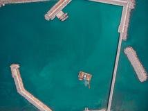 Оффшорная промышленная платформа или башня с исследовательским центром моря крана или науки, верхней частью или видом с воздуха стоковые фотографии rf
