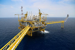 Оффшорная продукция нефти и газ и дело исследования Завод нефти и газ продукции и главным образом платформа конструкции в море Стоковые Фото