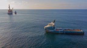 Оффшорное вспомогательное судно на ноче стоковое фото rf