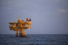 Оффшорное масло и платформа снаряжения во времени захода солнца или восхода солнца Конструкция производственного процесса в море  Стоковое фото RF