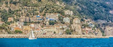 Оффшорный взгляд вдоль побережья Италии Амальфи стоковая фотография rf