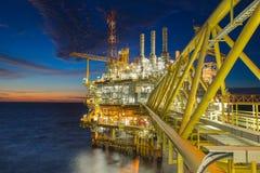 Оффшорный, нефть и газ обрабатывая платформу произвела газ и crud конденсат масла стоковые изображения