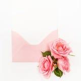 Охватите с белой карточкой и розовой предпосылкой Взгляд сверху Плоское положение Стоковое фото RF