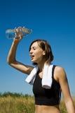 охлаждать вниз девушку тренировки стоковая фотография
