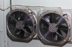 Охлаждающие вентиляторы в электрическом шкафе стоковое изображение