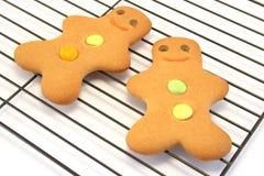 охлаждая люди gingerbread кладут 2 на полку Стоковое Изображение RF