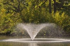 Охлаждая фонтан в озере. Стоковая Фотография RF