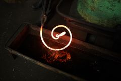 Охлаждая heated металлический стержень в воде Стоковое фото RF