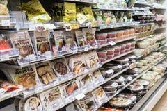 Охлаженная еда на полках в магазине на токио Стоковые Изображения