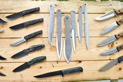 Охотиться и тактические ножи на деревянной стойке в магазине Стоковые Изображения RF
