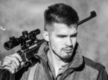 Охотиться навыки и оборудование оружия Как поверните звероловство в хобби Бородатый охотник человека Силы армии Камуфлирование r стоковая фотография