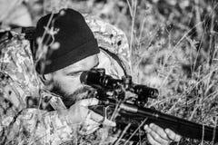 Охотиться навыки и оборудование оружия r Бородатый охотник человека Силы армии Камуфлирование r стоковое изображение rf