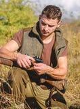 Охотиться оборудование и меры безопасности Подготовьте для охотиться Чему вы должны иметь промежуток времени охотясь окружающая с стоковая фотография rf