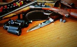 Охотиться оборудование на деревянной предпосылке стоковые фотографии rf