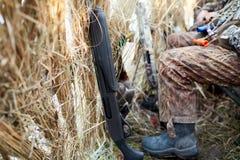 Охотники ждать внутри шторок или тайника стоковые изображения rf