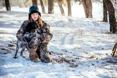 Охотник девушки с биноклями в лесе, выставками выслеживает направление s Стоковая Фотография RF