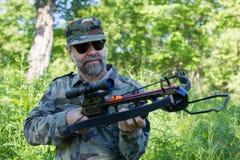 Охотник держа арбалет стоковое фото rf