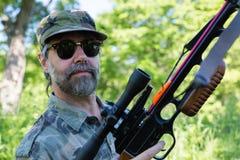 Охотник держа арбалет стоковые фотографии rf