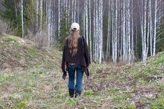 Охотник женщины идя в лес Стоковое Изображение RF