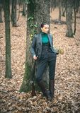 Охотник женщины Сезон звероловства Звероловство охотника Охотиться в лесе осени стоковое изображение