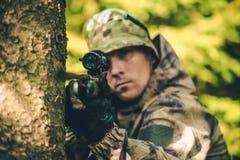 Охотник живой природы с винтовкой Стоковые Изображения RF