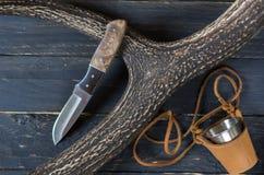 Охотник и кружка ножа на черной предпосылке Стоковые Изображения RF